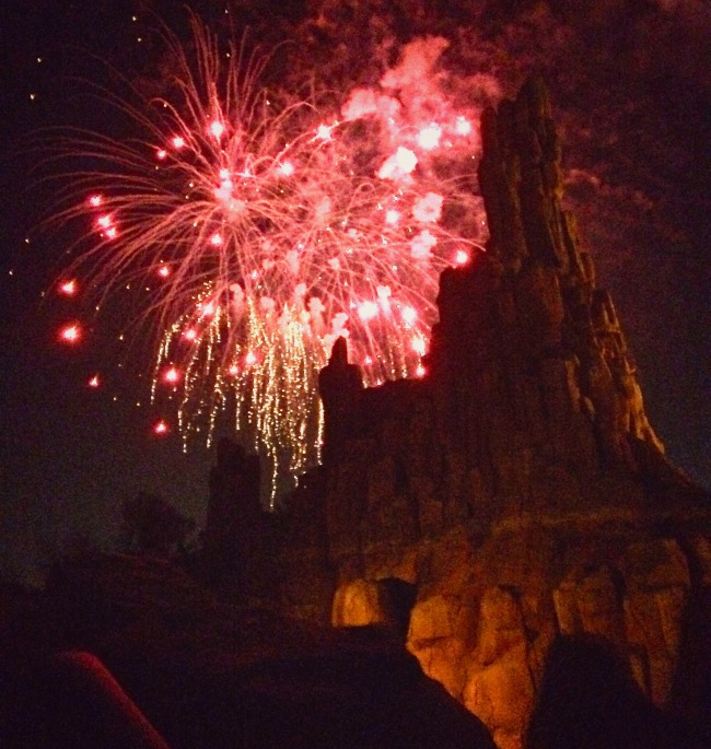 walt-disney-world-magic-kingdom-big-thunder-railroad-fireworks